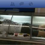 ローソンのアイス用冷凍庫に入る男性で炎上!この騒動でローソンが契約解除へ